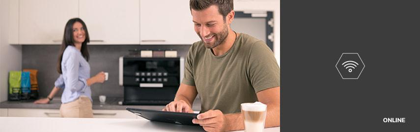Manden arbejder på den computer