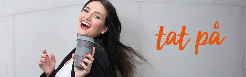 Kvinde med kaffekop to-go