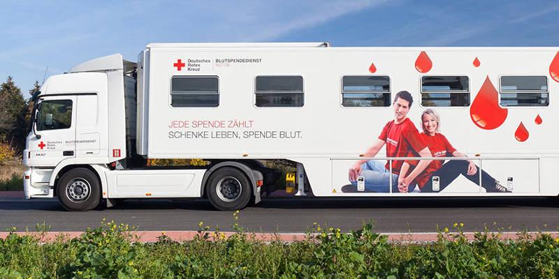 Blutspendemobil auf Straße