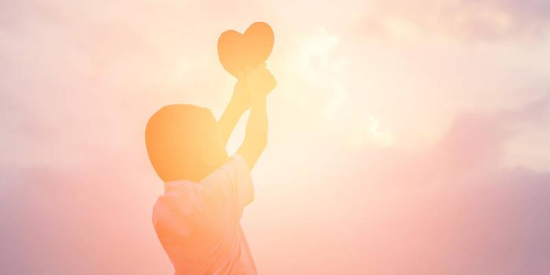 Kind mit Herz in den Händen
