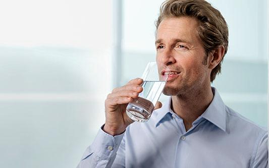 Man drikker vand